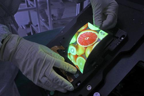 京东方推出可随意弯曲柔性显示屏 支持全屏指纹及自发声技术
