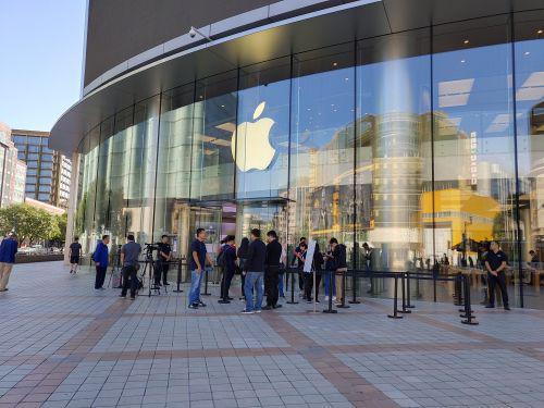 iPhone XS首售当日 苹果线下店场面冷清